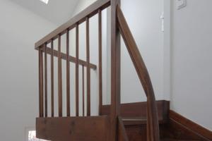Der oberste Treppenabsatz im Dachgeschoss. Die Treppe besteht aus massivem Buchenholz. Unmittelbar über diesem Absatz befindet sich ein Dachflächenfenster<br />