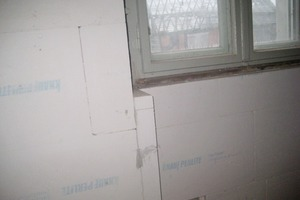 Rechts: Da seitlich der Fenster ausreichend Platz war, kamen für die Laibungen eine 50mm dicke Platte zum Einsatz