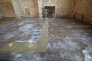 Um eine hohe Arbeitsleistung zu gewährleisten, pumpten die Handwerker das Produkt ins Kircheninnere