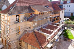 An der Gebäuderückseite, an der sich zuvor Anbauten befanden, befestigten die Handwerker Schilfrohrmatten, die sie mit Lehm und danach mit Luftkalkmörtel verputzten<br />Fotos: Jan Kobel