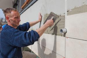 Mit CeraVent können keramische Fassaden sicher im Verbund verarbeitet werden, bei einer Gesamtaufbauhöhe von 25 bis 30 mm inklusive Belag und bis zu einem Fliesenformat von 60 x 60 cmFotos: Gutjahr