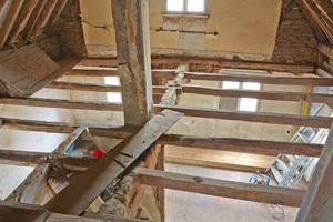 Aufarbeitung der Decke des rechten Hausflügels und Vorbereitung des Bodenaufbaus (Wohnzimmer OG). Das Sichtgebälk ist gut erhalten und senkt sich rund 12 cm in Richtung der Hausrückseite ab Fotos: Linus Weber Denkmalpflege