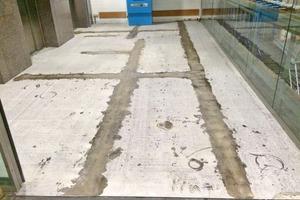 Der alte Boden wird abgeschliffen und neue Großformatfliesen verlegt