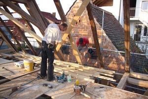 Die durch Feuchtigkeit zerstörten und maroden Hölzer des Dachtragwerks wechselten die Zimmerleute aus, oder verstärkten sie<br />