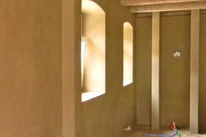 Begradigte Wände mit Cellulosedämmung und Wandabschluss aus Lehmfeinputz