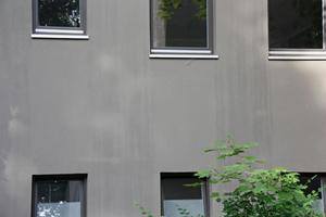 Fassadenflächen mit sichtbaren, wasserlöslichen Abläufern sollte man einige Wochen bewittern lassen, die nächsten Regenschauer sorgen für eine vollständige Entfernung<br />