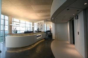 Aufzug (rechts im Bild) und Empfangstresen (links) der Exzenterhaus Bochum GmbH im 21. Geschoss