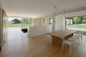Auch im Erdgeschoss gibt es großformatige Schiebefenster, die reichlich Tageslicht und frische Landluft in die Räume lassen