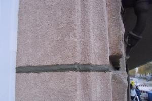 Nachdem der geschliffene Sandsteinsaniermörtel mit gefüllten Fugen fertiggestellt ist, kann man das Leibungsmaterial kaum vom Originalstein unterscheiden