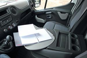 """Die mittlere Rückenlehne der Beifahrerdoppelsitzbank kann zu einem kleinen """"Schreibtisch"""" umgeklappt werden<br />"""