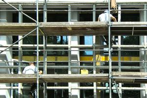 Mitarbeiter des Malerreibetriebs Lovermann bei der Arbeit an der Fassade