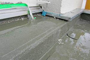 Rechts: Hier wurde im Türbereich Flüssigkunststoff als Abdichtung über die Anschlussfuge zwischen Betonfertigteil und Dämmung aufgebracht. Der Anschluss zwischen WDVS und Blech wurde offensichtlich auch nicht geplant Fotos: Joachim Schulz