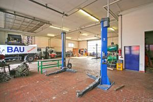 In der eigenen Kfz-Werkstatt werden die Fahrzeuge gewartet und repariert