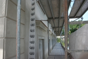 Dieses und folgendes Bild: Fenstereinfassungen und -bekrönungen mit Spritzputz-Sonderrezeptur, dazwischen ergänzt bzw. erneuert mit Rajasil Trasskalkputz und Gesimsziehmörtel