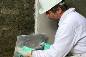 Auf den Vorspritz wir die erste Schicht Sanierputz etwa 1 cm dick aufgetragen<br />Foto: Remmers