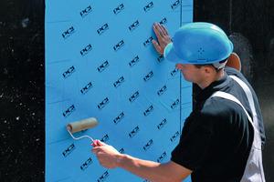 Kaltselbstklebebahnen bieten verschiedene Vorteile wie zum Beispiel die Verarbeitbarkeit bei bis -5°C oder die sofortige Wasserdichtigkeit, die ein unmittelbares Aufbringen der Schutzschichten ermöglicht<br />