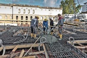 Die Rohbauer betonieren die zum Teil bis zu 60 cm dicke Stahlbetondecke<br />Fotos (2): Norbert Miguletz / Städel Museum<br />