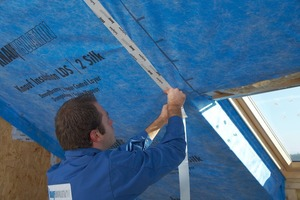 Rechts: Leckagen entstehen nicht nur durch Löcher in den Folien, auch Risse in den Balken führen zu Luftzug <br />