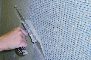 Daneben: Danach muss der Handwerker das Armierungsgewebe in die Mörtelschicht einbetten und die Oberfläche anschließend glätten