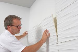 """Paneel sauber an Paneel gesetzt entsteht so die dreidimensionale Wandoberfläche<span class=""""bildnachweis"""">Fotos: NMC</span>"""
