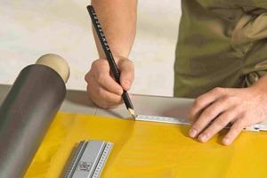Die Verarbeitung der Bleitapete X-Ready gelingt in wenigen Arbeitsschritten: Abmessen, Zuschneiden und Schutzfolie abziehen, Aufkleben, Anrollen oder Anklopfen und schließlich die Stoßkanten mit Bleistreifen abkleben (Bilder unten)<br />