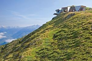 """Das vor einem halben Jahr auf dem Kronplatz, dem größten Skiberg Südtirols, eröffnete Messner Mountain Museum – entworfen von der Stararchitektin Zaha Hadid<span class=""""bildnachweis"""">Foto: inexhibit.com</span>"""