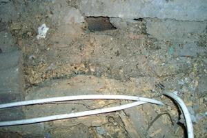 Bilder auf gegenüberliegender Seite: Bei einer Sanierung werden viele Arbeiten von Fachmännern ausgeführt. Aber spätestens bei der Installation der Fernsehantenne auf dem Dach legt der Hausherr gern selbst den Bohrer an und öffnet den Kugelkäfern damit Tür und Tor