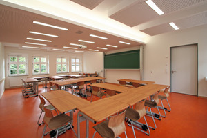 In den Klassenzimmern bauten die Trockenbauer die direkte Beleutung in die Deckensegel ein. Das Licht der indirekten Beleuchtung kommt aus Lichtvouten, die im Versprung zwischen den Deckensegeln und der Stahlbetondecke ihren Platz fanden<br />
