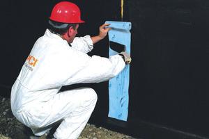 Für die Abdichtung gegen drückendes Wasser (Grundwasser) sind kunststoffmodifizierte Bitumen-Dickbeschichtungen in der DIN 18 195 nicht vorgesehen. Eine – trotzdem durchaus sichere – von der DIN 18 195 abweichende Ausführung ist generell ausdrücklich mit dem Bauherrn zu vereinbaren. Die Ausführung im Lastfall 6 der Norm erfolgt grundsätzlich 2-lagig in einer Mindest-Trockenschichtdicke von 4 mm unter Einarbeitung der PCI Gewebebahn. Fugen werden mit PCI Pecitape 250 überbrückt