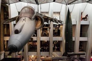 Tonnenschwere Haubitzen, 100 Jahre alte Gewehre und Originalflugzeuge beider Weltkriege gibt es im Mitte 2014 wieder eröffneten Imperial War Museum in London zu sehen
