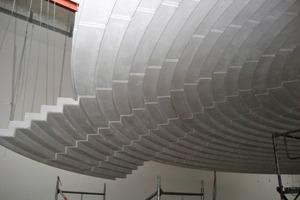 Die Kuppel besteht aus Segmenten von bis zu 3,60m2 , welche die Trockenbauer zu einer fugenlosen Fläche von 250m2 zusammensetzten