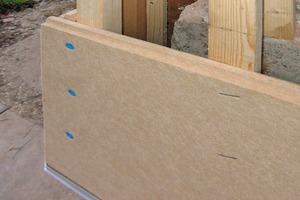 Holzfaserdämmplatten können entweder durch Klammern oder durch Verschrauben an der Unterkonstruktion befestigt werden<br />