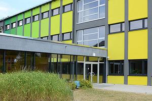 """<div class=""""99 Bildunterschrift_negativ"""">Nach der Sanierung macht die aus den 1970er Jahren stammende Schule einen frischen und lebendigen Eindruck</div>"""