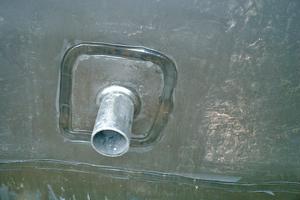 Für Versorgungsleitungen wird ein Polyethylen-Rohr durch die Wand geführt und thermisch verschweißt