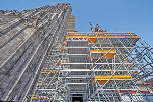 Das Peri UP Gerüst schmiegt sich für die umfangreichen Sanierungsarbeiten bis auf 71 m Höhe an den Turm des Ulmer Münsters