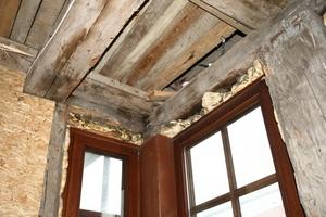 Auch der Einsatz von Bauschaum zählt zu den Bausünden aus früheren Zeiten