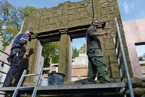 Mit Pinsel und Kelle formten die Handwerker mit viel Geschick eine gealterte Oberflächenstruktur<br />Fotos: Zoo Osnabrück<br />