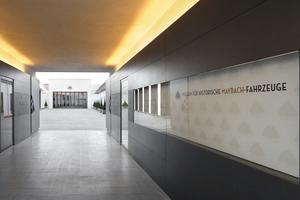 Indirektes Licht wie hier im Eingangsbereich verlangte von den Mitarbeitern der Dörrmann Innenausbau GmbH perfekte Oberflächen