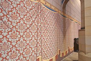 Die illusionistische Vorhangmalerei im unteren Wandabschnitt