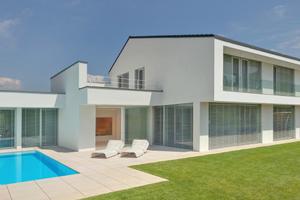 Der vom Architekturbüro Berschneider + Berschneider in Ingolstadt entworfene Neubau ist geprägt von ruhigen, leicht versetzt angeordneten Baukörpern
