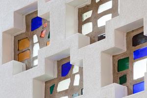 Detail: Die im Bestand vorhandenen Buntglaskreuze wurden in die Dämmung integriert<br />