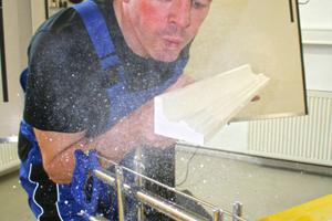 Leicht zu verarbeiten – Axel von der Herberg wirbt für Stuckleisten aus Gips<br />Fotos: Thomas Schwarzmann