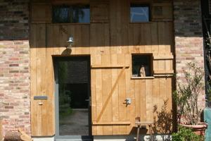 Eingang ins Wohnhaus mit Holzverschalung