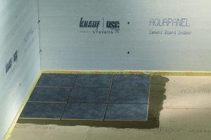Nach der Grundierung der zementgebundenen Estrichelemente können selbst schwierige Bodenbeläge wie Fliesen oder Parkett problemlos verlegt werden