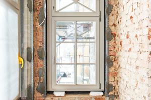 Links: Nach dem Einsetzen der Fenster brachten die Handwerker den TecTem Grundputz als Ausgleichsputz auf