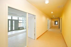 """<div class=""""99 Bildunterschrift_negativ"""">Alle in Trockenbauweise errichteten Räume des neuen Kindergartens werden über einen etwa 70 m langen Flur erschlossen</div>"""
