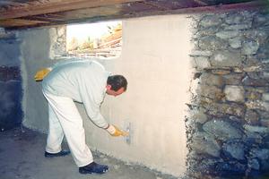 Um die Haftung der zweiten Sanierputzschicht zu verbessern, wird die erste Schicht aufgeraut beziehungsweise aufgekämmt<br />Foto: Baumit
