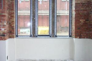 Links unten: Den Abschluss der Abdichtung bildet der weiße Sanierputz des Herstellers