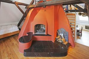 In der Ferienwohnung im Dachgeschoss befindet sich ein offener Kamin