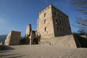 Neu erbautes Restaurant (links) und Hambacher Schloss (rechts)